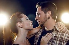Beaux jeunes couples dans l'amour. La fille embrasse le cou du type Photographie stock