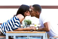 Beaux jeunes couples dans l'amour dans le restaurant Photographie stock libre de droits