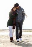 Beaux jeunes couples dans l'amour marchant en hiver froid sur le b Photographie stock