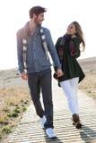 Beaux jeunes couples dans l'amour marchant en hiver froid sur le b Photo stock