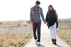 Beaux jeunes couples dans l'amour marchant en hiver froid sur le b Photos libres de droits
