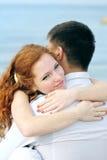 Beaux jeunes couples dans l'amour près de la mer Photographie stock