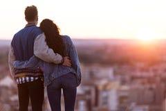 Beaux jeunes couples dans l'amour se tenant à un dessus de toit de bâtiment à Photo stock