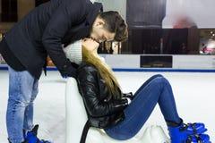 Beaux jeunes couples dans l'amour sur le patinage de glace dehors Images stock