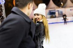 Beaux jeunes couples dans l'amour sur le patinage de glace dehors Photos stock