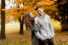 Beaux jeunes couples dans la forêt d'automne Photos libres de droits
