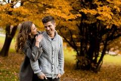 Beaux jeunes couples dans la forêt d'automne Images libres de droits