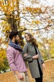 Beaux jeunes couples dans la forêt d'automne Images stock
