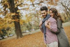 Beaux jeunes couples dans la forêt d'automne Photographie stock libre de droits