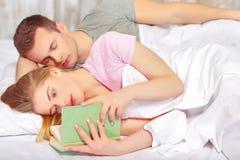 Beaux jeunes couples dans le bâti Photo stock