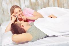 Beaux jeunes couples dans le bâti Image libre de droits