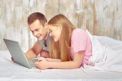 Beaux jeunes couples dans le bâti Image stock