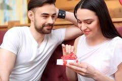 Beaux jeunes couples dans le café Photos stock