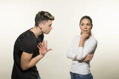 Beaux jeunes couples dans le concept d'amour et de combat Photo libre de droits