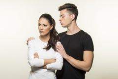 Beaux jeunes couples dans le concept d'amour et de combat Image libre de droits