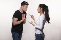 Beaux jeunes couples dans le concept d'amour et de combat Photos libres de droits