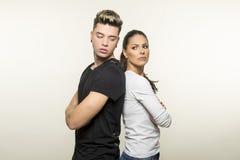 Beaux jeunes couples dans le concept d'amour et de combat Photographie stock libre de droits