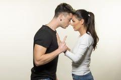 Beaux jeunes couples dans le concept d'amour et de combat Photo stock