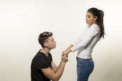 Beaux jeunes couples dans le concept d'amour et de combat Image stock