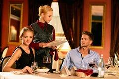 Beaux jeunes couples dans le restaurant Photos libres de droits