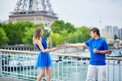 Beaux jeunes couples de datation à Paris Photographie stock libre de droits