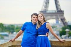 Beaux jeunes couples de datation à Paris Photo libre de droits
