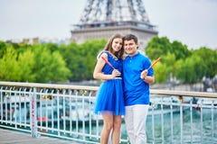 Beaux jeunes couples de datation à Paris Photographie stock