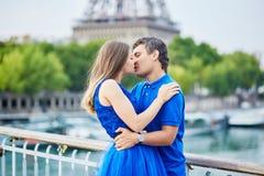 Beaux jeunes couples de datation à Paris Photos stock