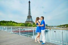 Beaux jeunes couples de datation à Paris Images stock