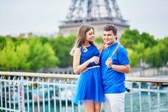 Beaux jeunes couples de datation à Paris Photo stock