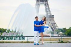 Beaux jeunes couples de datation à Paris Photos libres de droits