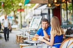 Beaux jeunes couples de datation en café parisien Image stock