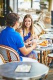 Beaux jeunes couples de datation en café parisien Photos libres de droits