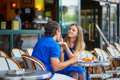 Beaux jeunes couples de datation en café parisien Image libre de droits