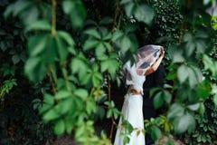 Beaux jeunes couples de mariage embrassant, jeune mariée blonde avec le flowe Photo libre de droits