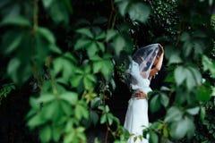 Beaux jeunes couples de mariage embrassant, jeune mariée blonde avec le flowe Images libres de droits