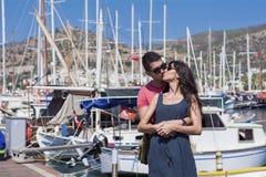 Beaux jeunes couples embrassant et étreignant sur un port Photographie stock libre de droits
