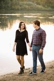 Beaux jeunes couples en nature, promenade près de la rivière image libre de droits