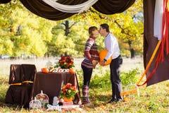 Beaux jeunes couples enceintes ayant le pique-nique dans le parc d'automne Ha Images stock