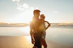Beaux jeunes couples ensemble sur le bord de la mer Images stock