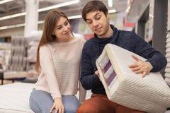 Beaux jeunes couples faisant des emplettes ? la maison magasin de l'ameublement photographie stock libre de droits