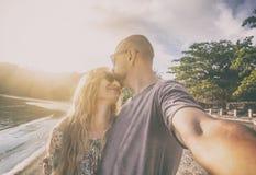 Beaux jeunes couples faisant le selfie sur la plage, vacances, holi Photos stock