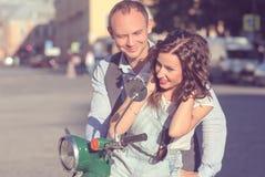 Beaux jeunes couples heureux Photographie stock libre de droits
