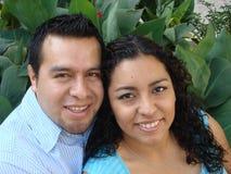 Beaux jeunes couples hispaniques dans l'amour photos libres de droits