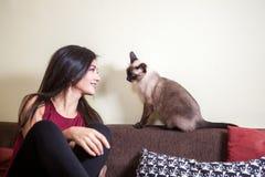 Beaux jeunes couples magnifiques tenant des chats dans des mains Images libres de droits
