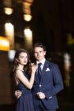 Beaux jeunes couples marchant au printemps le soir et les étreintes Photographie stock