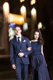 Beaux jeunes couples marchant au printemps le soir et les étreintes Photo stock