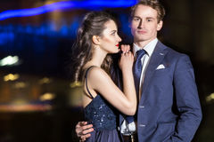 Beaux jeunes couples marchant au printemps le soir et les étreintes Photos stock