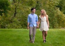 Beaux jeunes couples marchant en stationnement Photo libre de droits