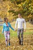 Beaux jeunes couples marchant ensemble en parc Photos stock